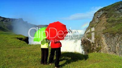 Wasserfall mit Personen