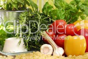 Nudeln, Kräuter, Gemüse