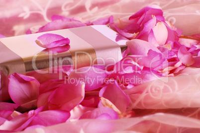 Geschenk mit Rosenblüten