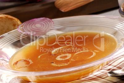 Zwiebelsuppe mit Zwiebelringen
