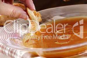 Zwiebelsuppe essen