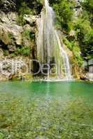 Bergsee mit Wasserfall