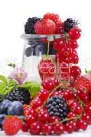 Rohe Beeren mit Marmeladenglas