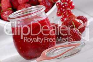 Dreifruchtmarmelade im Glas