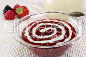 Rote Grütze mit Vanillesosse