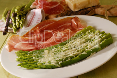 Grüner Spargel mit Parmaschinken