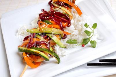 Fleischspieß mit Gemüsestreifen