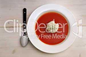 Tomatensuppe mit Reis und Löffel