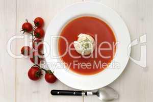 Tomatensuppe und frische Tomaten