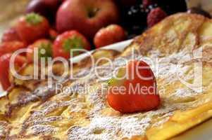Pfannkuchen mit Erdbeere und Puderzucker