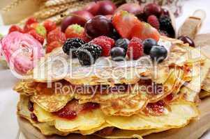Pfannkuchen gestapelt mit Früchten