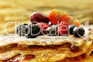 Pfannkuchen geschichtet mit Beeren