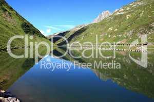 Bergsee mit Wasserspiegelungen