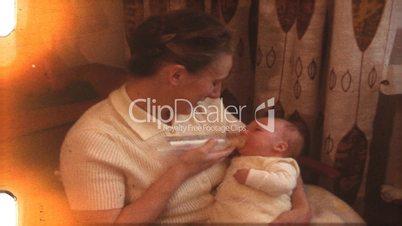 Mutter füttert Kind (8 mm-Film)
