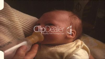 Baby wird gefüttert (8 mm-Film)