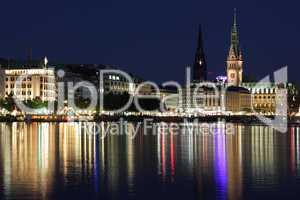 Binnenalster bei Nacht mit Hamburger Rathaus und Turm der Nikolaikirche