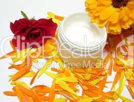 Handgemachte Creme mit Ringelblumen (Calendula) und Rosen