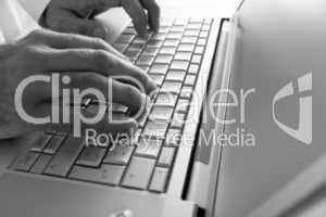 Silberfarbenes Laptop