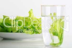 Salatteller mit Wasserglas