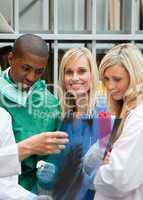 Ärzteteam betrachtet Röntgenbilder