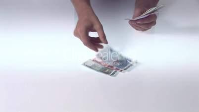 Geld auf den Tisch zählen