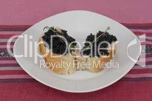 Kaviarhäppchen auf Teller