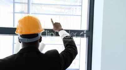 Bauingenieur zeigt Pläne