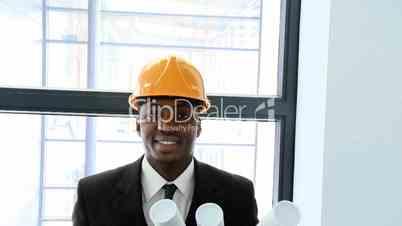Bauingenieur vor Plänen