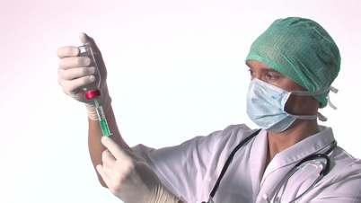 Arzt zieht Injektion auf