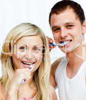 Junges Paar beim Zähneputzen