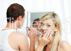 Junges Paar bei der Morgenhygiene im Bad