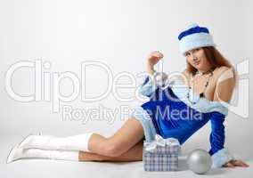 Weihnachtsfrau mit dem Geschenk und den silbernen Kugeln.