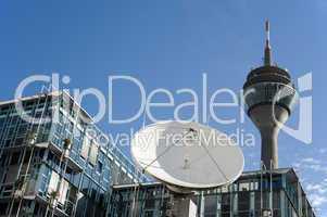 Satellitenschüssel und Fernsehturm