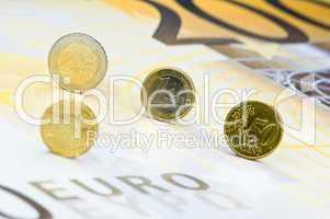 Euromünzen auf 200-Euro-Schein