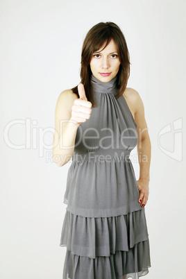 Eine junge Frau zeigt die Zahl eins an