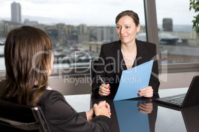 Kundengespräch in einem Designerbüro