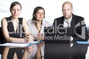 Drei Geschäftsleute vorm Computer