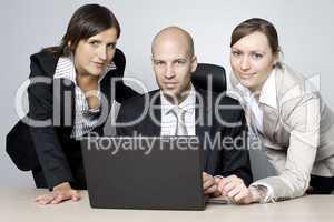 Businessteam am Schreibtisch vorm Computer