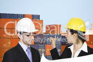 Zwei Geschäftsleute schauen sich einen Containerhafen an