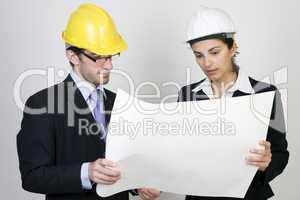 Architektin und Kunde schauen sich ein Projekt an