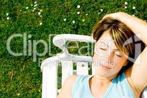 Frau  auf einer Gartenbank