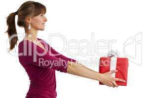 hübsche junge Frau hält ein Geschenk isoliert auf Weiß