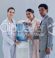 Geschäftspartner stehen am Wasserspender