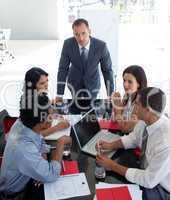 Geschäftsleute besprechen ein neues Projekt beim Meeting