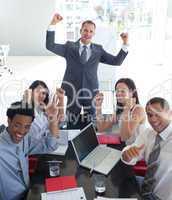 Geschäfsleute feiern einen Erfolg