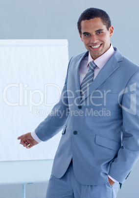 Junger Geschäftsmann am Flip Chart