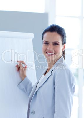 Lächelnde Geschäftsfrau am Flip Chart
