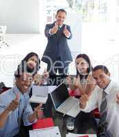 Geschäfsleute feiern einen Erfolg während einer Besprechung
