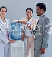 Geschäftsleute am Wasserspender