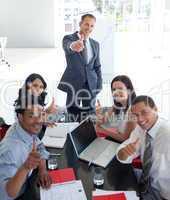 Geschäftsleute mit erhobenem Daumen